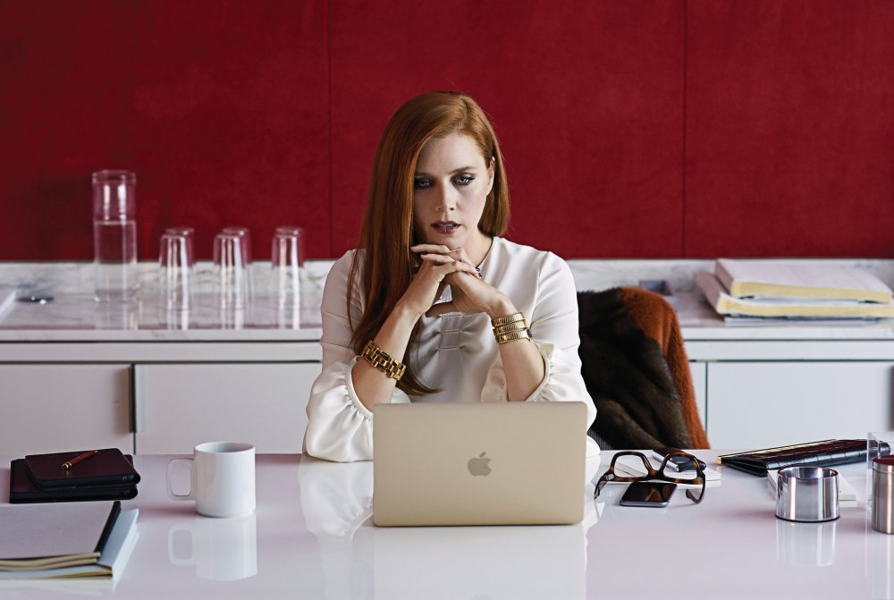 nocturnal-animals-2016-005-amy-adams-reading-laptop